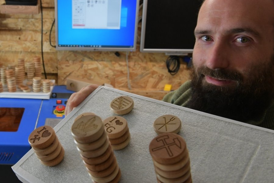 Auf 35 Millimeter Fläche sind Motive aufgedruckt, eingebrannt oder gelasert. Sanny Reich, Erfinder und Unternehmer, stellt in seiner Manufaktur pro Woche 100 bis 200 Holzmagneten her.