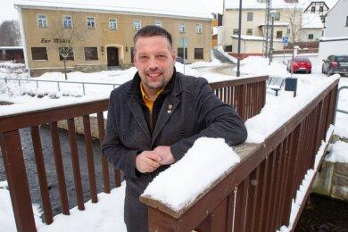 Die hölzerne Brücke über der Syra in Kauschwitz soll ein Dach bekommen. Das sind eines der Ziele des Kauschwitzer Ortsvorstehers Ingo Eckardt für dieses Jahr.