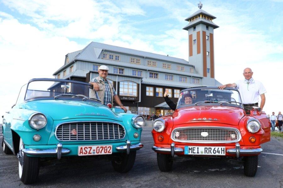 Andreas Seidler (links) aus Raschau-Markersbach hat einen der ersten Skoda Felicia, während Elke und Heinz Tzschöckell aus Radebeul einen der letzten besitzen.