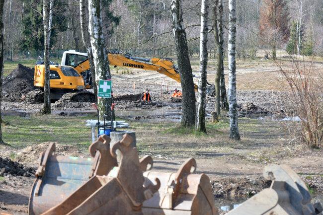 Mitarbeiter des Kampfmittelbeseitigungsdienstes räumen am Waldbad noch auf, bevor die Renaturierung beginnen kann.