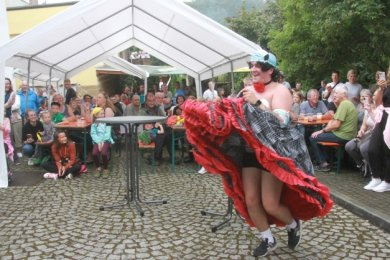 Die Mitglieder des Jungsballetts zeigten am Samstag zum Sommerfest in Elsterberg eine getanzte Modenschau. Dabei ist Justus Hofmann in die Rolle einer Can-Can-Tänzerin geschlüpft.