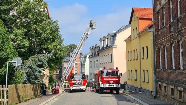 Im Dach eines Reihenhauses an der Culitzscher Straße in Wilkau-Haßlau gab es Sonntagmittag einen Brand. Kameraden aus fünf Feuerwehren rückten aus.