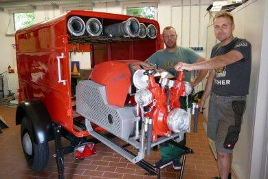 Kevin Hempel (r.) und Chris Wächtler gehören zu den fünf Kameraden der Freiwilligen Feuerwehr Gelenau, die den 51 Jahre alten Tragkraftspritzenanhänger neu herrichten.
