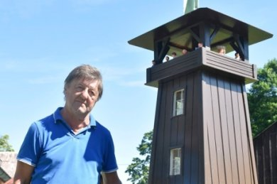 Am Samstag wird in Schönberg ein Jubiläum gefeiert: 90 Jahre Kapellenbergturm. Aus diesem Anlass hat Walter Jerchel aus Hohendorf ein knapp zwei Meter hohes Modell gebaut und in seinem Garten aufgestellt.