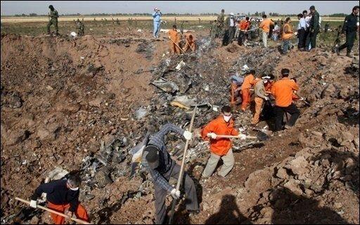 Beim dritten Absturz einer großen Passagiermaschine innerhalb von rund sechs Wochen sind im Iran 168 Menschen ums Leben gekommen. Nur 16 Minuten nach dem Start in Teheran stürzte die Maschine der iranischen Gesellschaft Caspian Airlines ab. An der Absturzstelle der Tupolew sind nur noch ein großer Krater und Trümmerteile zu sehen.