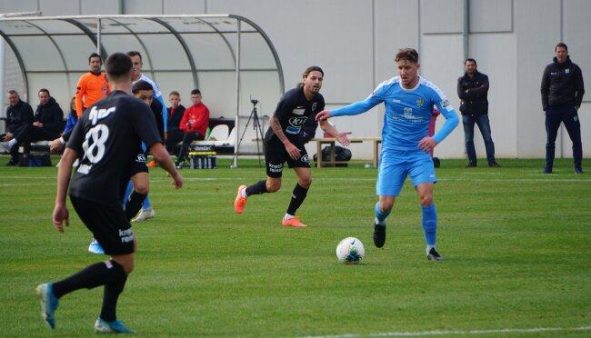 Tim Campulka (blaues Trikot) traf zum 1:1 gegen den FC Aarau.