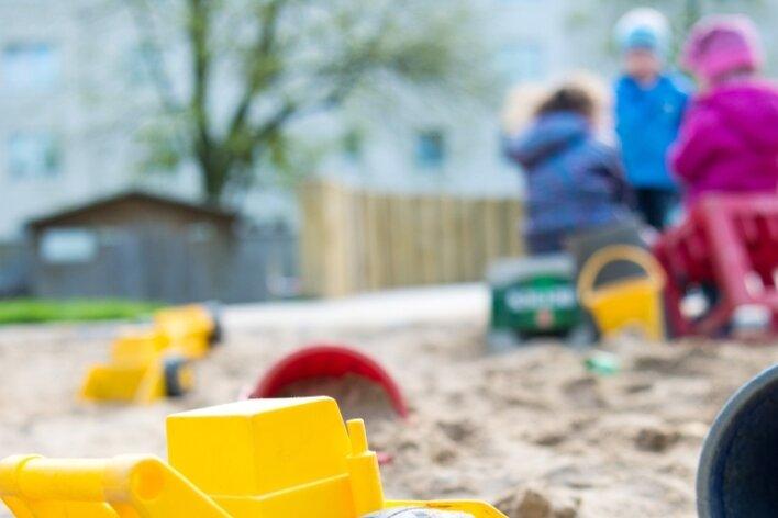 Eine gute Kinderbetreuung kostet viel Geld. In manchen Gemeinden müssen die Eltern nun dafür mehr ausgeben, obwohl auch der Zuschuss der Gemeinden steigt.