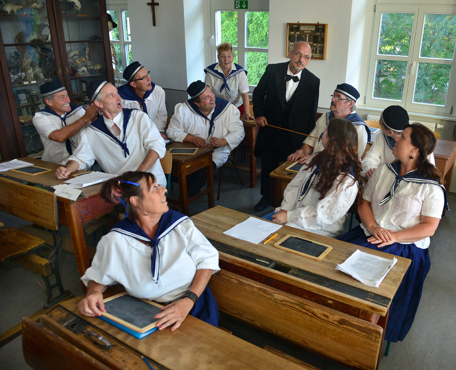 Die Miskus-Mimen proben für das Altstadtfest Mittweida eine historische Schulstunde mit Lehrer Karl-Heinz Nebel.