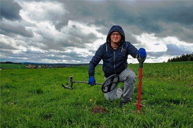 Der Schneeberger Ronny Schott, unterwegs mit einem Metalldetektor und Spaten. So wie andere joggen oder wandern, sondelt der 44-Jährige, wie es in der Szene heißt.