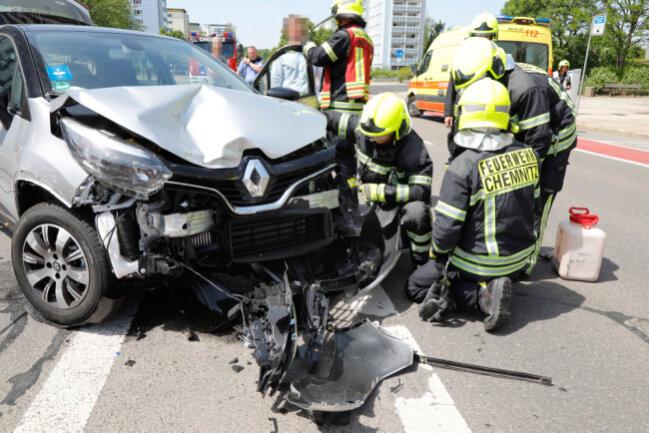 Bei einem Unfall auf der Brückenstraße in Chemnitz sind zwei Personen verletzt worden.