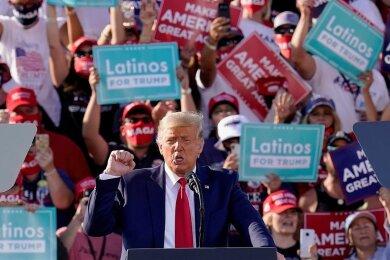 Donald Trump diese Woche auf Wahlkampftour im US-Bundesstaat Arizona. Am 3. November wird abgestimmt, wer der nächste US-Präsident sein wird. Die aktuellen Umfragen verheißen für den Amtsinhaber nichts Gutes. In Arizona liegt der demokratische Senatskandidat Mark Kelly rund acht Punkte vor der republikanischen Amtsinhaberin - und Joe Biden gut drei Punkte vor Trump.