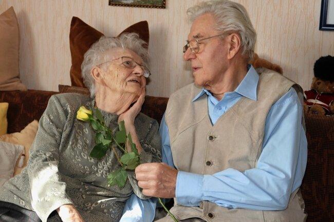 Inge und Siegfried Weiske leben noch immer zusammen in kleinen Wohnung in Werdau.