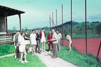 Das seltene Farbfoto stammt aus den fünfziger Jahren und zeigt die Begrüßung der Mannschaften vor dem Spiel und die Verlesung der Spielpaarungen auf der damaligen Tennisanlage im Halbmondwerk.