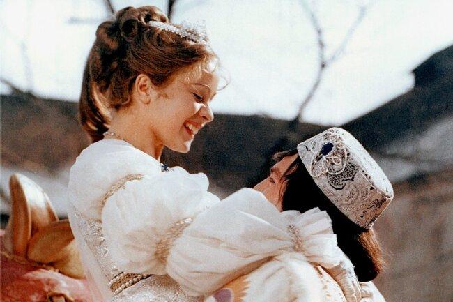 """Der Prinz (Pavel Trávnícek) passt Aschenbrödel (Libuše Safránková) im Film """"Drei Haselnüsse für Aschenbrödel"""" den verlorenen Schuh an. Der deutsch-tschechische Klassiker ist Kult und wird jedes Jahr zum Weihnachtsfest dutzende Male im Fernsehen ausgestrahlt."""