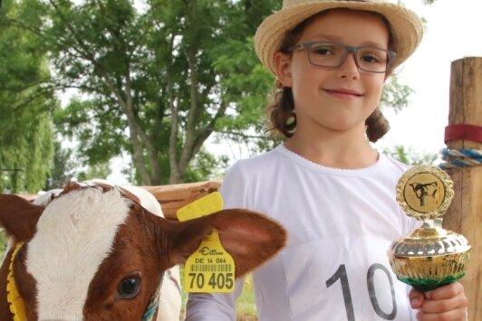 Mirijam Eichler aus Heinsdorfergrund siegte mit Kälbchen Alma in der Klasse der Fünf- bis Sechsjährigen.