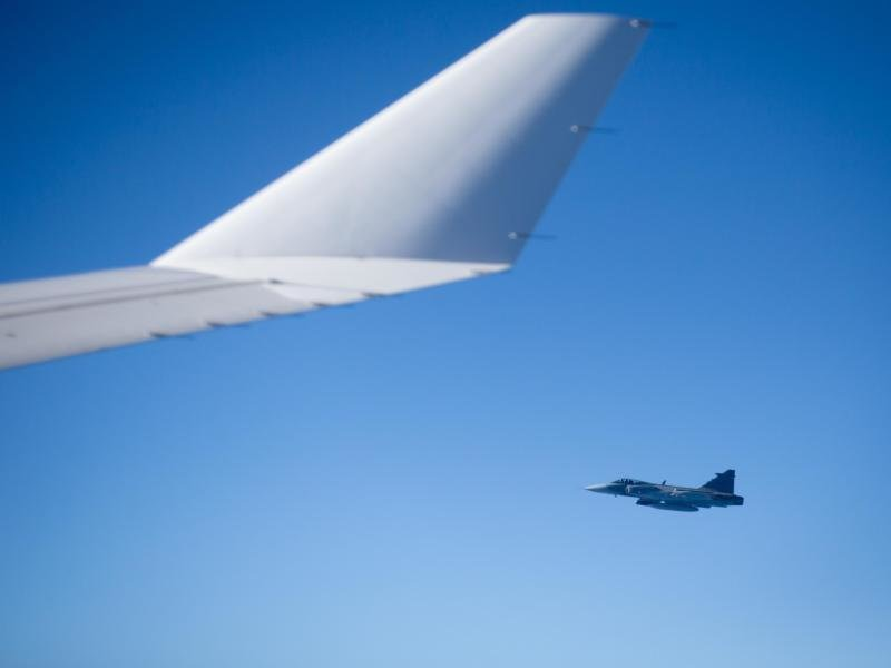 Ein Abfangjäger neben der Tragfläche eines Passagierjets. Bricht der Funkkontakt zu einem Flugzeug ab, steigen Bundeswehrjets für den Notfall auf.