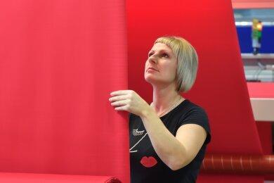 Mitarbeiterin Anja Gumbrecht prüft bei Pro4tex in Niederfrohna am Spannrahmen die Stoffe.