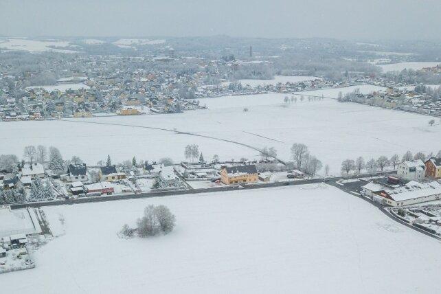 Auf der freien Fläche an der B 180 kurz vor Lugau (Zur Orientierung: Im Bild ist rechts das Gebäude des Restpostenmarktes zu sehen) soll ein Wohnbaugebiet entwickelt werden.