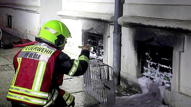Die Feuerwehr prüft den Keller in der Winklerstraße nach dem Brand.