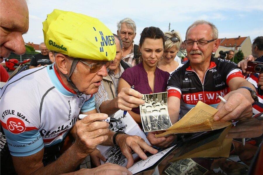 Radsportlegende Gustav Adolf Täve Schur gibt seinen vielen Fans bei einem Besuch in Meerane Autogramme. Mit gewohnter Geduld und freundlichen Worten erfüllt er die Wünsche.