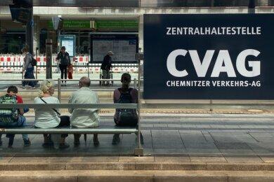 Nicht nur an der Zentralhaltestelle warten Fahrgäste ab Montag vielfach fünf Minuten länger.