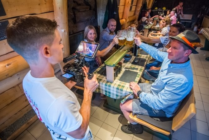 Biertrinken ist Schwerstarbeit: Patrick Weigel (r.) und Frances Klose (l.) mit ihren Wiesn-Komparsen. Paul Geschwandtner an der Kamera.