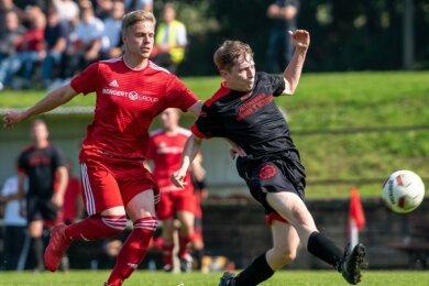 Noch ein Versuch: Auch Jonas Arnold (r.) vom TSV Penig blieb gegen den SSV Königshain-Wiederau um Philip Geschwandtner (l.) erfolglos. Den Penigern gelang trotz vieler Gelegenheiten kein Treffer.