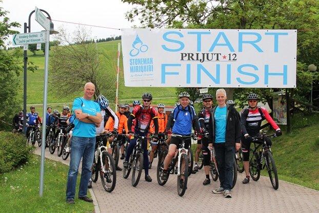 Tolle Stimmung herrschte gestern, als diese 36 Holländer zu ihrer dreitägigen Tour aufbrachen. Links vorn im Bild Mitorganisator Paul Albers.