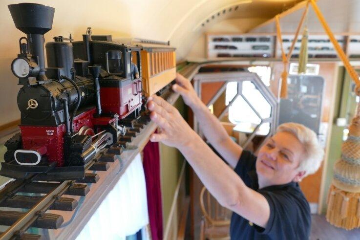 Dank der Unterstützung anderer Modellbahnfans kann Kathrin Reuter im Zughotel wieder interessante Loks präsentieren.