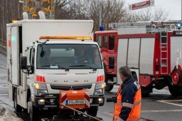 Um zu verhindern, dass Diesel in die Kanalisation läuft, war am Mittwoch die Feuerwehr in Rochlitz auf derB 175 im Einsatz.