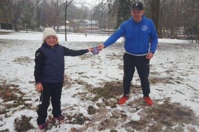 Dank fürs Durchhalten: Julie Steinke beschenkte Jörg Weichelt (r.) und die kleine Trainingsgruppe am Ende mit Schokolade.
