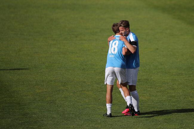 Erik Tallig (rechts) jubelt mit Teamkollege Daniel Bohl über seinen Treffer zum 1:0.