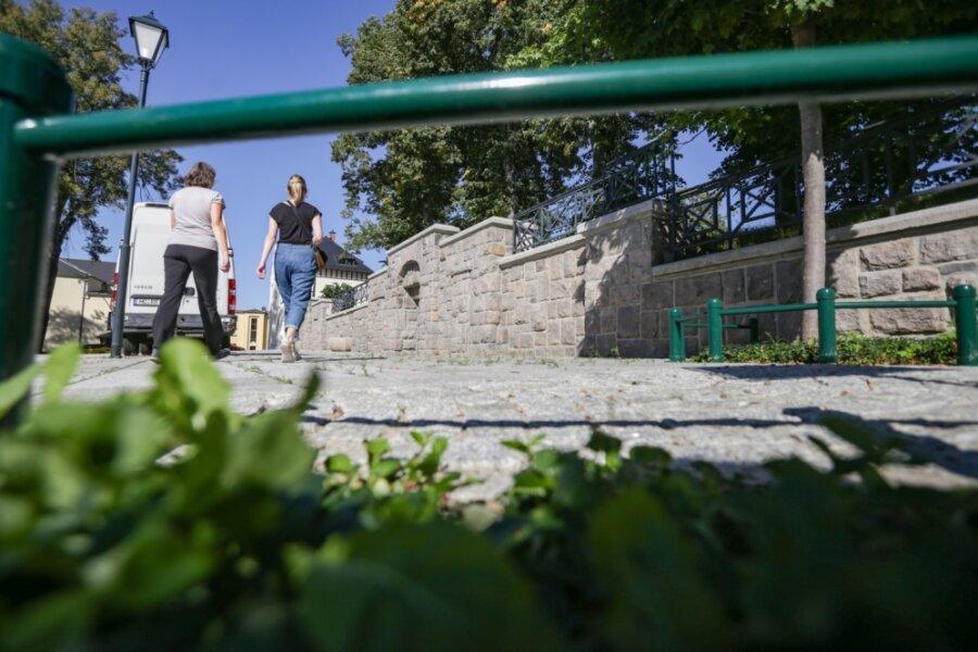 Am Anger in Burgstädt ist für 235.000 Euro die Mauer saniert worden. Außerdem sind umliegende Straßen neu gepflastert. Jetzt beginnen Arbeiten auf der Promenade, die sich unterhalb des Angers zwischen August-Bebel-Straße und Am Lindengarten befindet.