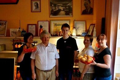 Mitarbeiterin Sabine Preußer, Chef der Bäckerei Hans-Joachim Blochberger, studentische Aushilfskraft Clemens Zieger, Denise Blochberger sowie Sabine Döring (v. l.).