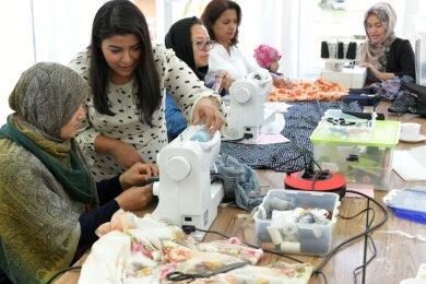 """Suna Alami (2.v.l.) leitet den Nähkurs mit afghanischen Frauen im """"Bunten Haus"""" in Freiberg."""