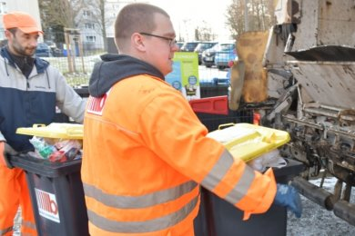 Mathias Arlt und Oliver Baude (l.) sind Mitarbeiter der Firma Becker Umweltdienste. Im Auftrag der Entsorgungsdienste Mittelsachsen kümmern sich die Müllwerker um die Leerung der Gelben Tonnen.
