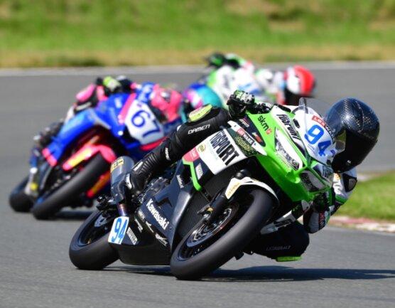 Auf seiner Kawasaki war Marvin Siebdrath (vorn) auf dem Schleizer Dreieck stets schnell unterwegs. Dass am Ende nur ein Podestplatz in den beiden Rennen zu Buche stand, lag nicht alleine an seiner Leistung.
