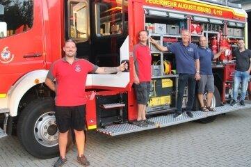 Tim Laßner, Ronny Hötzel, Michael Winkler, René Gläser und Kevin Hergt (v. l.) präsentieren einen neuen Einsatzwagen.