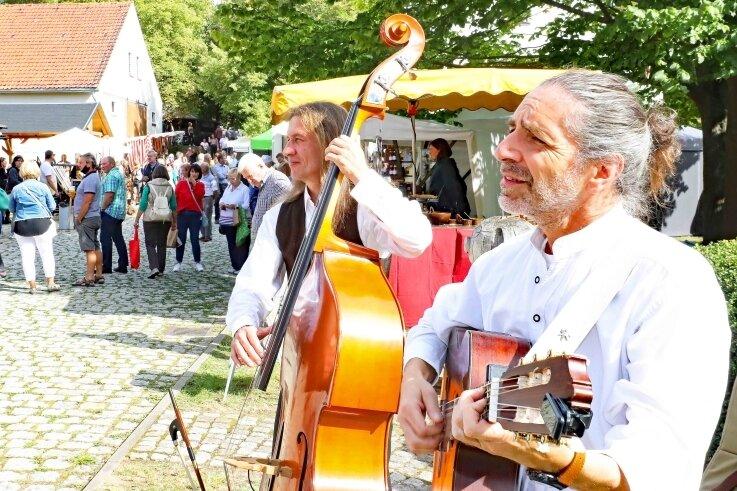 Beim Käse- und Spezialitätenmarkt sorgte unter anderem die Gruppe Los Comandantes aus Thüringen für musikalische Unterhaltung.