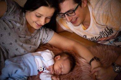 Leben als Familie in zwei Ländern - in Klingenthal und dem fünf Kilometer entfernten Kraslice: Matthias Müller (32), Gabriela Nováková (29) und Baby Tobias.