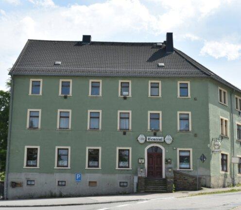 """Der ehemalige Gasthof """"Central"""" im Brand-Erbisdorfer Stadtteil Langenau steht im Fokus. Er könnte zum Vereinsdomizil für Fortuna Langenau werden."""