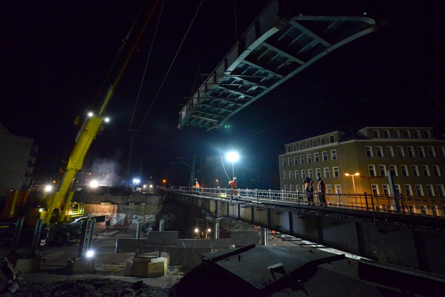 500-Tonnen-Kran nimmt Brückenteile an den Haken