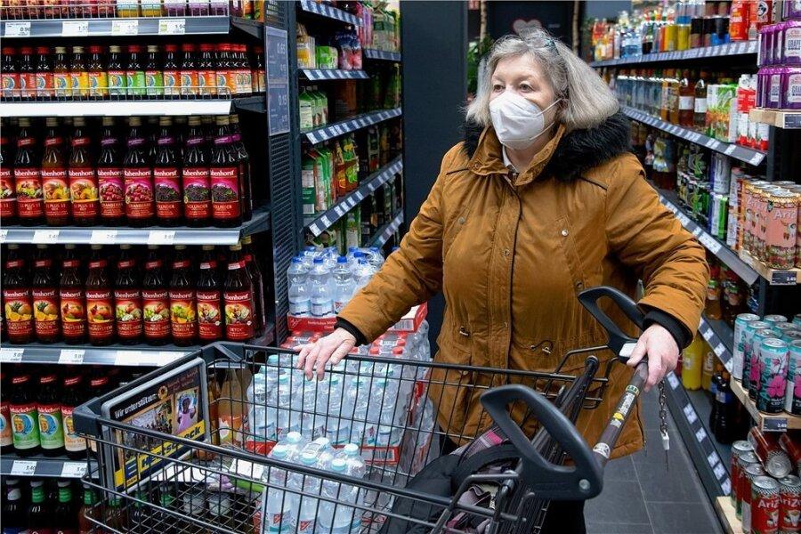 Bald Pflicht: Der Einkauf mit medizinischer Maske.