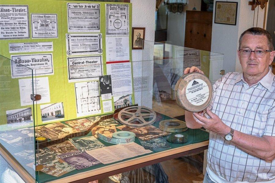 Andreas Rößler mit einer Filmdose im Falkensteiner Museum. In der Vitrine im Hintergrund sind Gegenstände zu sehen, die mit der Kinogeschichte im Ort in Verbindung stehen.
