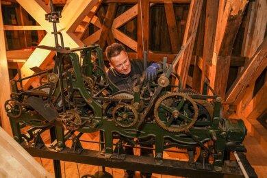 Das Uhrwerk der Kirchturmuhr von St. Petri steht eine Etage unter der Glockenstube im Turm. Um es vor Verschmutzung zu schützen, soll es noch eingehaust werden. Das Bild entstand Anfang Dezember, als Uhrenbauer Jörg Hippe Seilzüge montierte, mit denen die Hämmer für den Stundenschlag an den Glocken betätigt werden.Foto: David Rötzschke