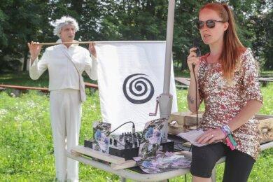 Sie setzten ein Achtungszeichen: Anni Wachsmuth am Musikwagen und Anasages-Mime Hilmar Messenbrink zum Auftakt des New-Kiez-on-the-Block-Festivals, das sich vom Bernsbachplatz aus auf den Weg machte, einen Stadtteil kulturell wachzuküssen - nicht ohne Erfolg.