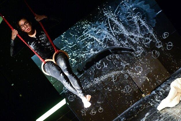 """Manchmal schwebt Uumi (Kotti Yun) über dem harten Boden der Realität - Szene aus """"Fliegende Hunde""""."""