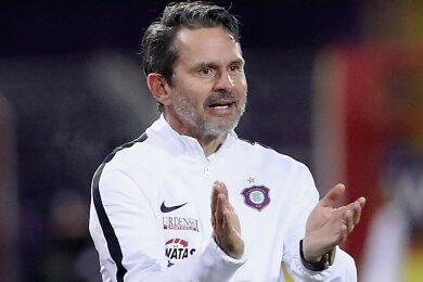 Seit August 2019 ist Dirk Schuster Cheftrainer in Aue. Der aktuelle Vertrag des 53-Jährigen läuft bis Sommer 2022.
