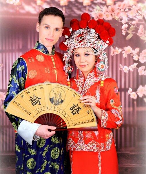 Hochzeit nach chinesisch: Alexander Putzschke und seine Braut Li Wang schlüpften dafür in farbenfrohe Gewänder.