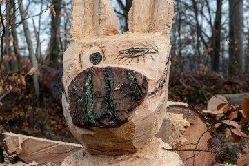 Ohne Mundschutz geht in Zeiten von Corona nichts, wie diese Holzfigur am Ortseingang der Stadt Rochlitz und am Rande des Rochlitzer Berges beweist.